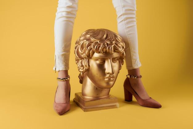 Esculturas de cabeça de pés femininos de cor dourada luxo amarelo