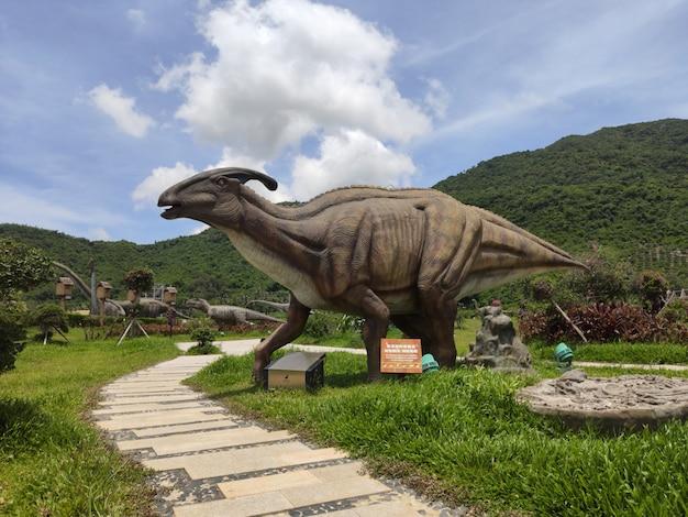 Esculturas históricas de dinossauros ao ar livre em baleia