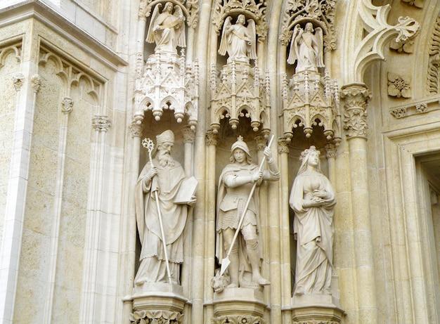 Esculturas impressionantes de santos e arcanjos na fachada da catedral de zagreb, croácia