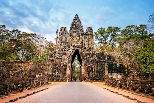 Esculturas no portão sul de angkor wat, siem reap, camboja.