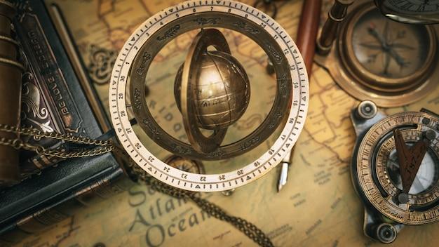 Esfera armilar de latão antiga com um signo do zodíaco de sol
