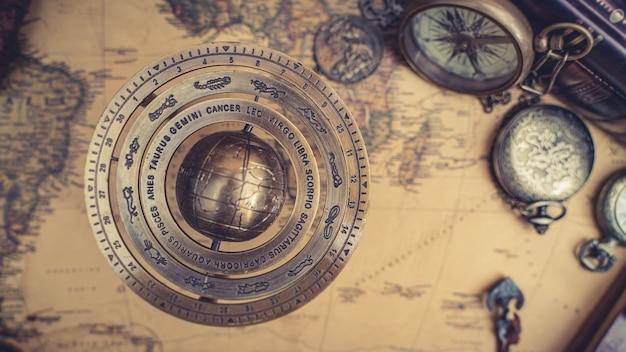 Esfera armilar de latão antigo