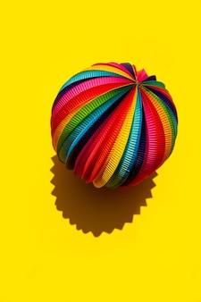 Esfera de arco-íris em um fundo amarelo brilhante, vista superior, close-up.