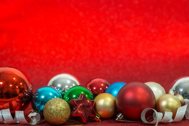 Esfera de chirstmas no fundo vermelho para a celebração. conceito de festival de chirstmas. copie o espaço.
