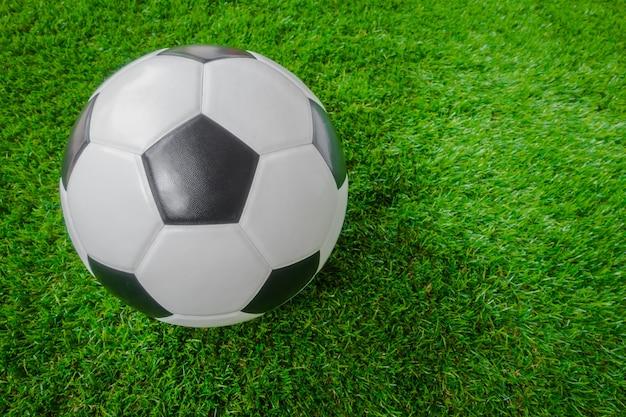 Esfera de futebol na grama verde.