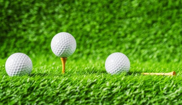 Esfera de golfe com fundo da grama verde, no close up do t.