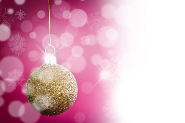 Esfera dourada do natal com fundo bokeh