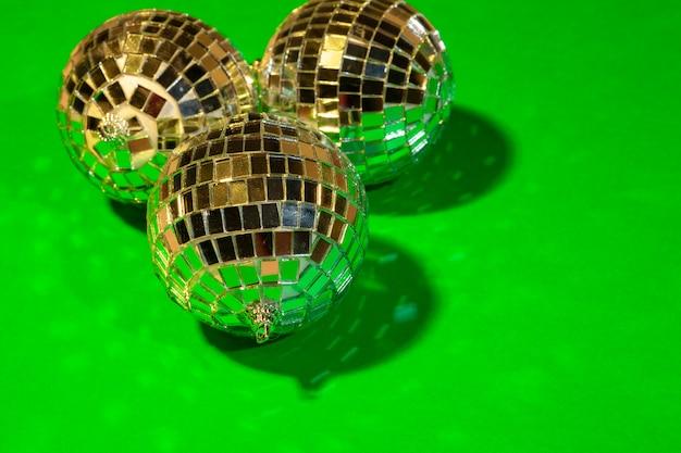 Esferas brilhantes do disco do partido que brilham em uma luz do dia sobre a cor