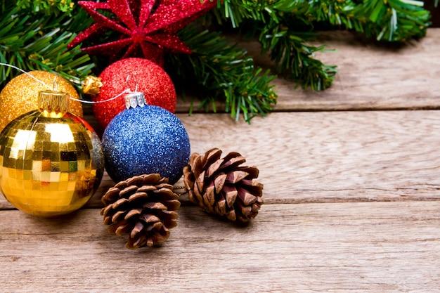 Esferas do natal com uma árvore de natal ramo