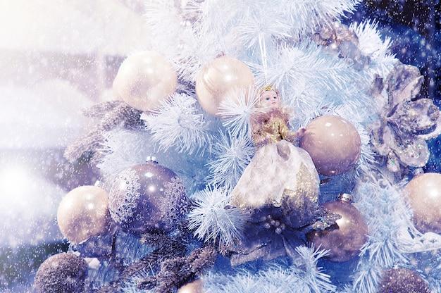 Esferas do natal e um boneco em uma árvore