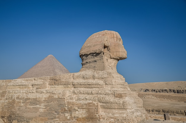 Esfinge egípcia. ruínas e pirâmides egípcias antigas. o deserto arenoso do cairo.