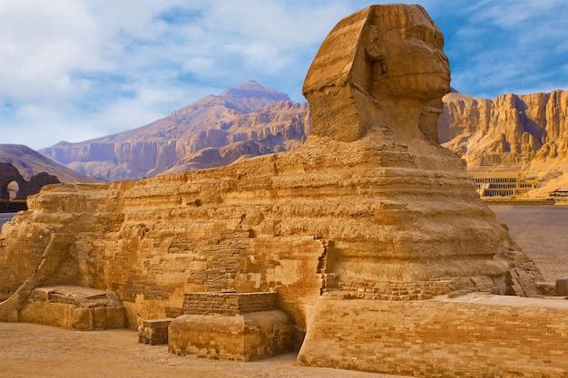 Esfinge tendo como pano de fundo as grandes pirâmides egípcias