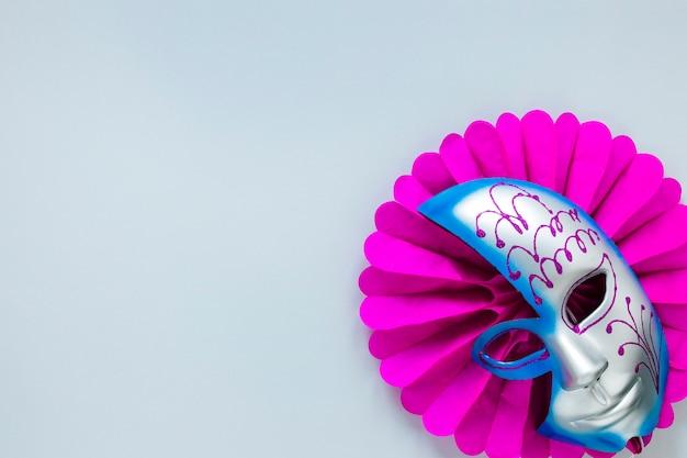 Esfolar a postura da máscara de carnaval no ventilador de papel com espaço de cópia