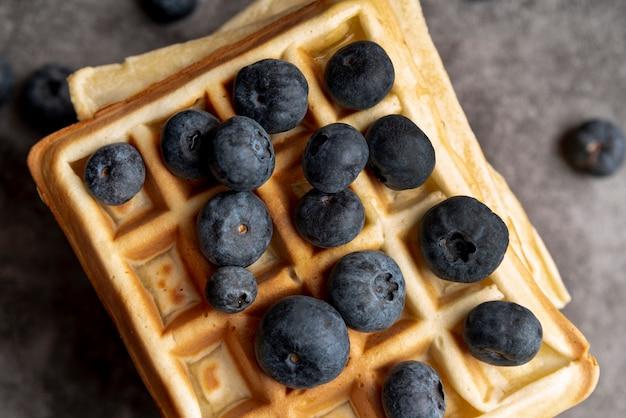 Esfolar leigos de mirtilos em cima de waffles empilhados