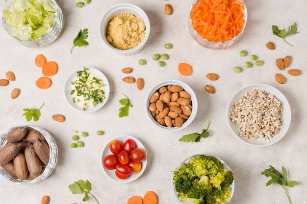 Esfolar leigos de variedade de alimentos saudáveis na tigela