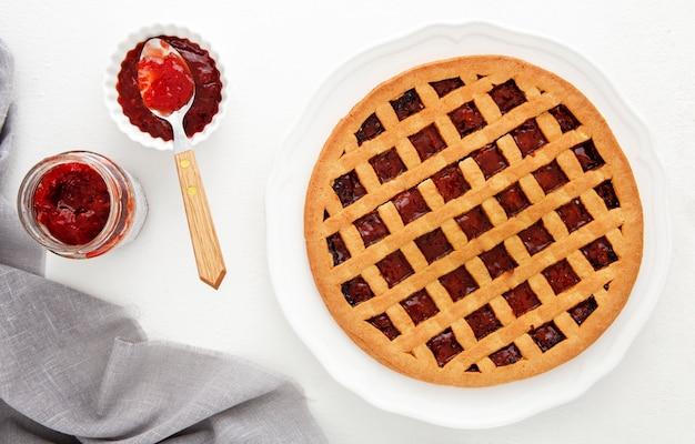Esfolar torta de geléia de frutas da floresta e colher