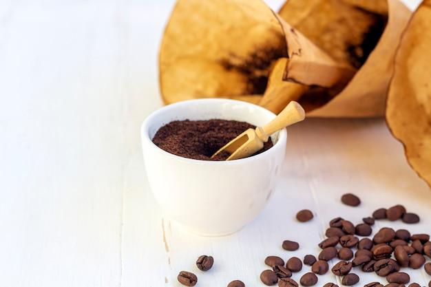 Esfoliação corporal de café moído e grãos de café