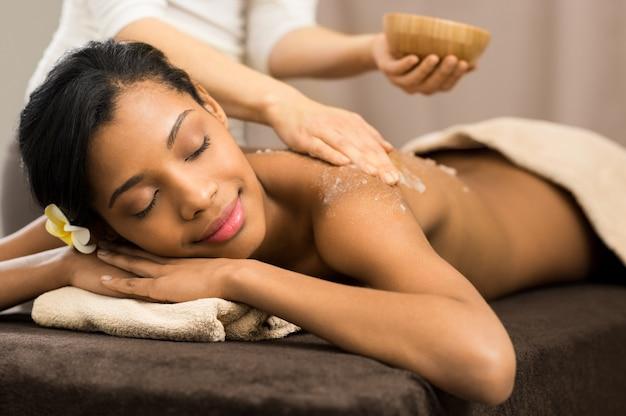 Esfoliação corporal no spa