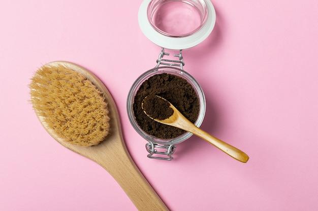 Esfoliação natural com café anticelulite orgânico, escova de massagem em madeira