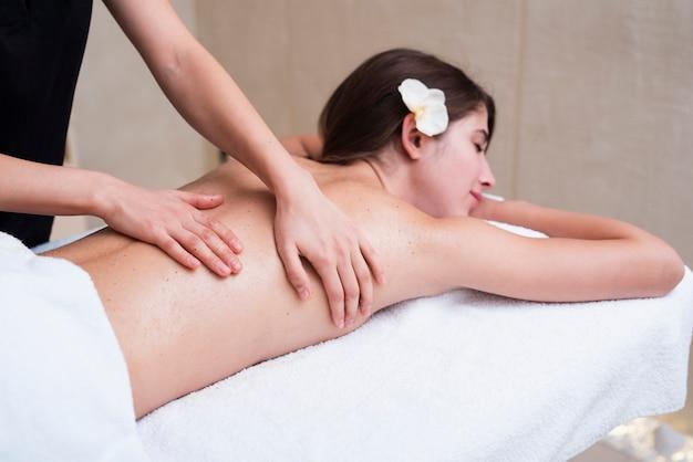 Esfoliação relaxante das costas no spa