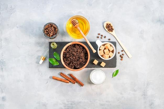 Esfoliante corporal caseiro com café moído, açúcar e óleo de coco, cosmético caseiro para descascar a vista superior