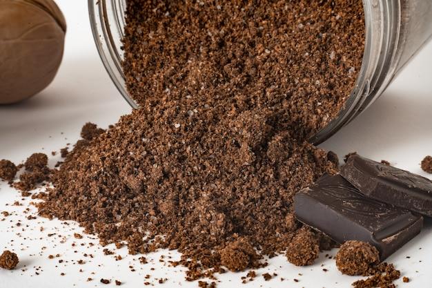 Esfoliante de nozes com pedaços de chocolate