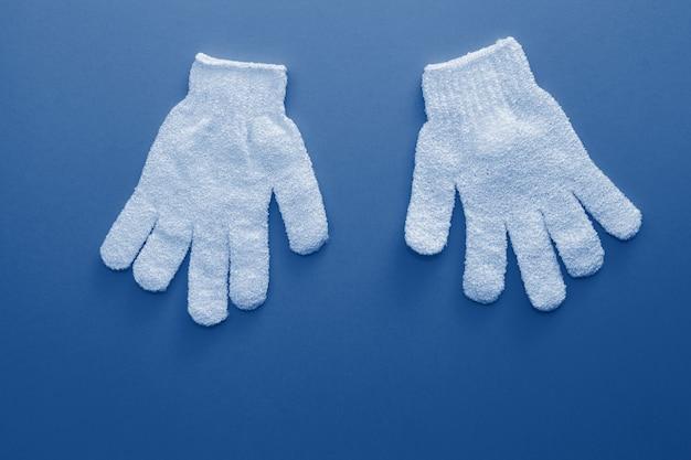 Esfoliantes de mulher para uso no chuveiro para massagem e esfoliação tonificados na cor azul clássica da moda do ano 2020.