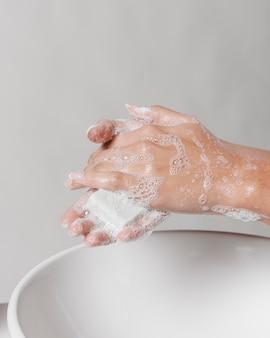 Esfregando as mãos com água e sabão