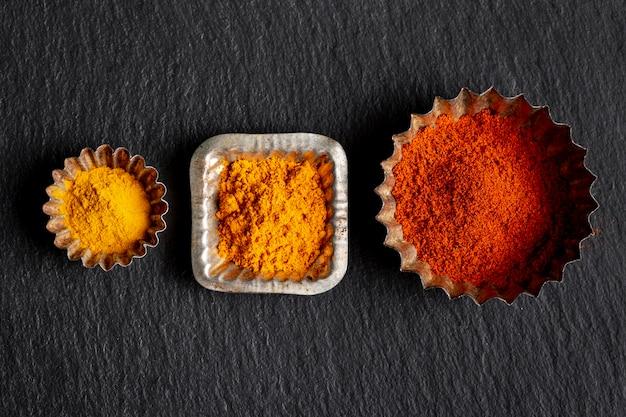 Esfregar variedade de especiarias com canela e açafrão