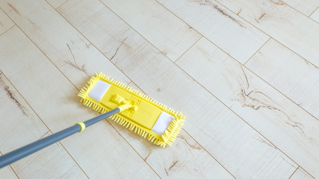 Esfregona amarela em casa