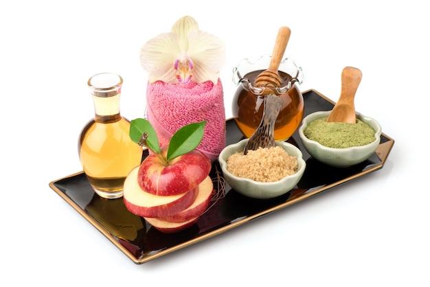 Esfregue com maçã, vinagre de maçã, açúcar mascavo, chá verde e mel isolado no fundo branco.