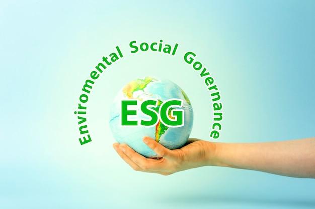 Esg modernização ambiental, governança social, conservação e política csr, globo terrestre em mãos o ...