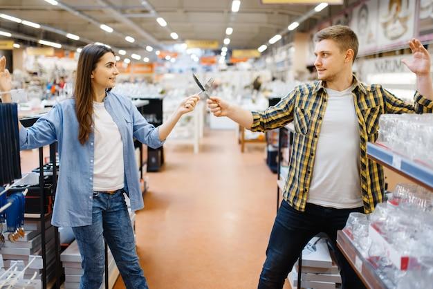 Esgrima para casais jovens em loja de utensílios domésticos