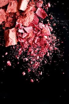 Esmagado cosméticos mineral orgânico sombra blush e pó cosmético isolado no fundo preto m ...