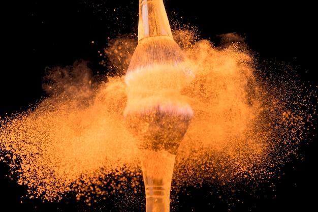 Esmagar grandes escovas de base com pigmento de cor