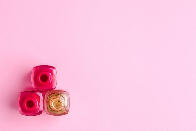 Esmalte cosmético rosa e ouro em rosa