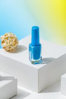 Esmalte de cor azul para o verão como um símbolo do mar