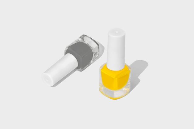 Esmalte de unha isolado no branco. cinza iluminador e ultimate.