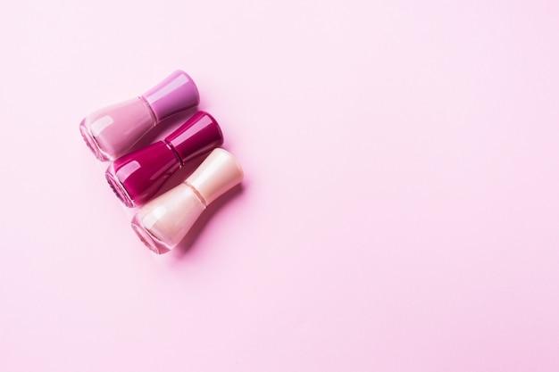 Esmalte de unhas-de-rosa em monocromático