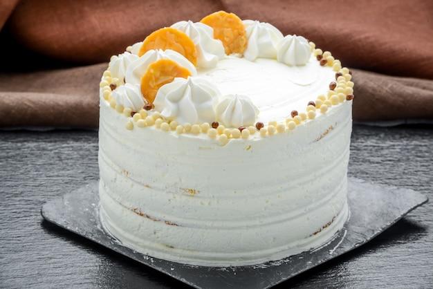 Esmalte lindo espelho, diferentes bagas e frutas em um bolo.
