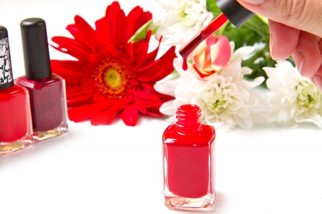 Esmalte vermelho com flor
