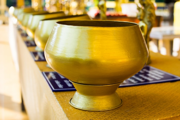 Esmola do monge dourado budista