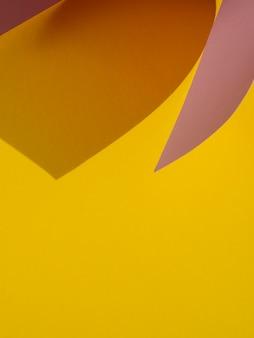 Espaço amarelo cópia de formas abstratas de papel com sombra