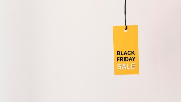 Espaço da cópia da etiqueta de venda na sexta-feira preta e amarela pendurada