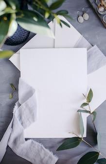 Espaço da cópia do papel em branco. quadro com flores. fita de seda. plano de fundo cinza. buquê simples. cartão de felicitações.