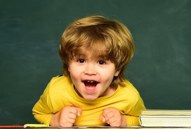 Espaço da cópia do quadro-negro. conceito de educação científica. escola de crianças. menino do ensino fundamental no
