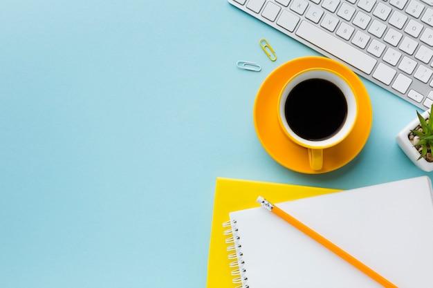 Espaço de cópia de café e teclado