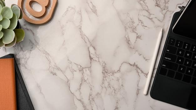 Espaço de cópia de composição de negócios em tablet digital de fundo de mármore e espaço de trabalho moderno de decoração