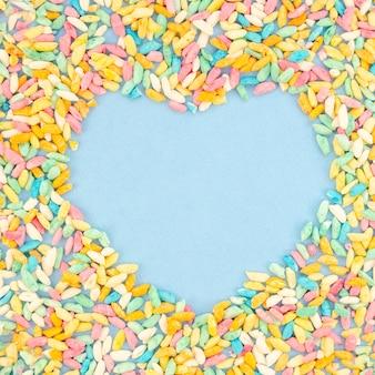 Espaço de cópia de coração rodeado de doces