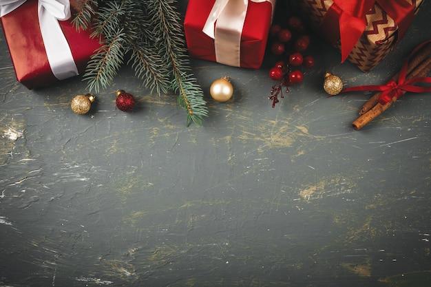 Espaço de cópia de fundo de madeira com presentes de natal e decorações para seu projeto